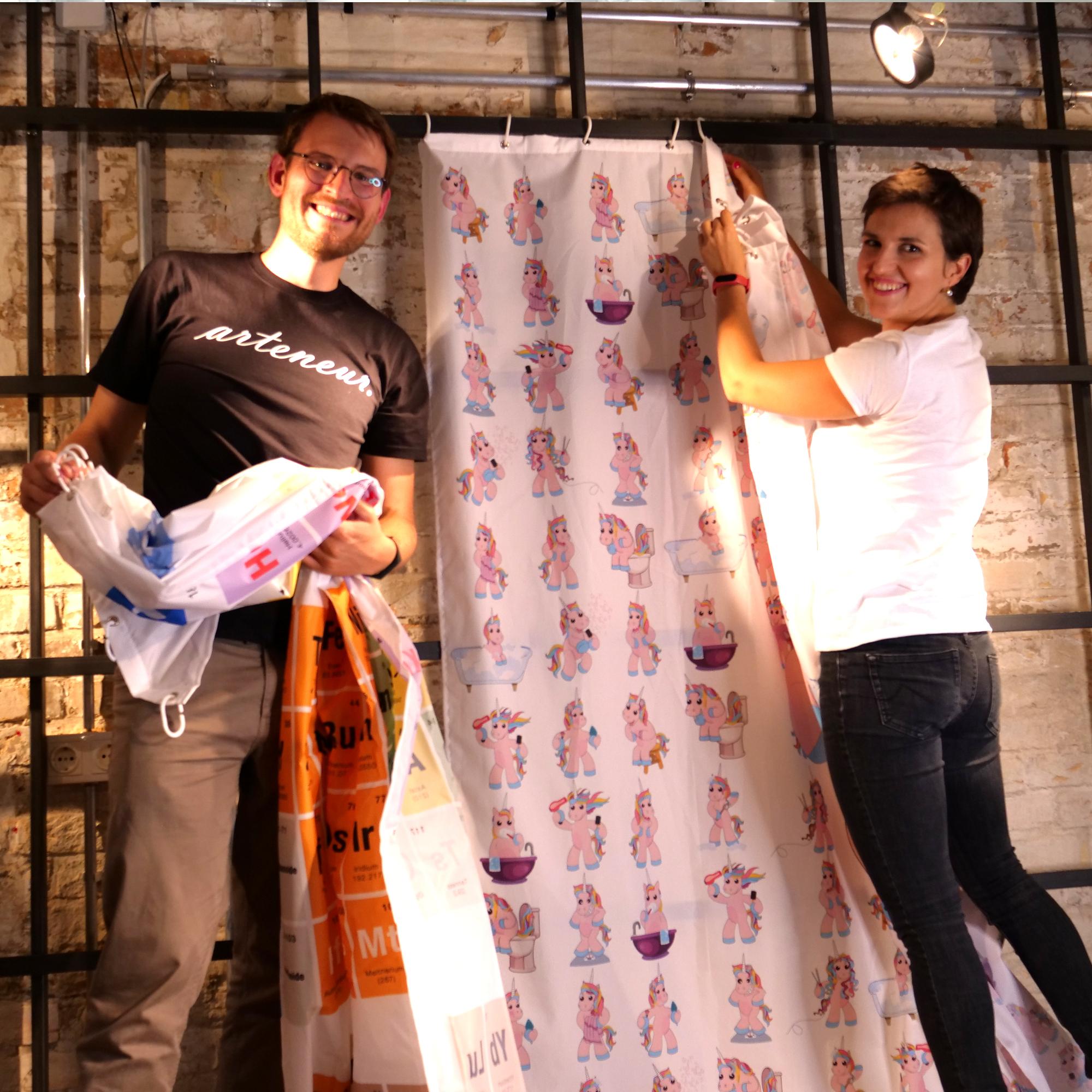 Mann und Frau hängen Duschvorhang auf